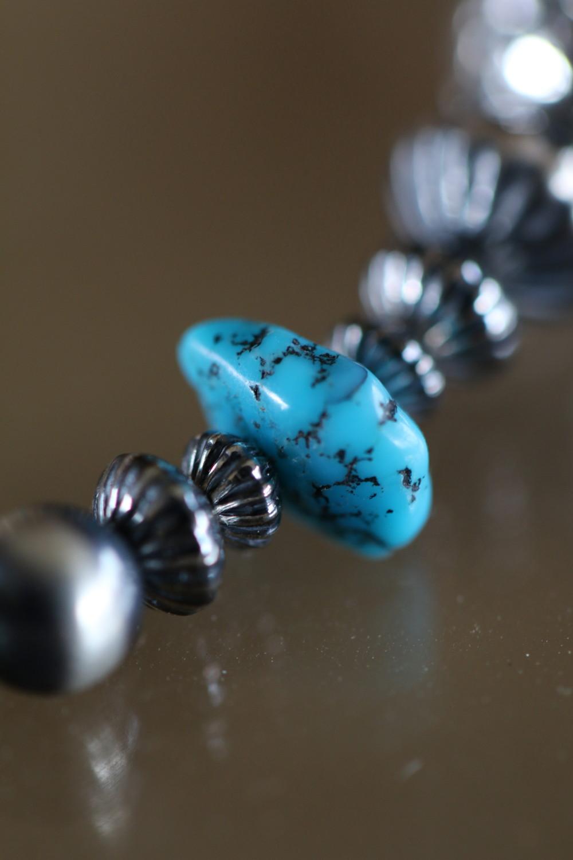シルバー&ターコイズブレスレットのターコイズは綺麗なブルーが印象的なキングマンターコイズ。
